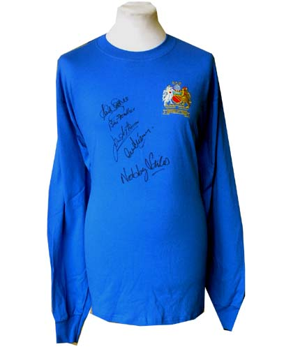 United and#8211; 1968 European Cup shirt signed by 5