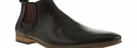 Chelsea boots are the must have this autumn/winter, and Momentum rise to the occasion in fine style. The Augustus Chelsea is an understated black leather option, for a real smooth take on the smart style. Burgundy elasticated panels finish nicely. Le - CLICK FOR MORE INFORMATION