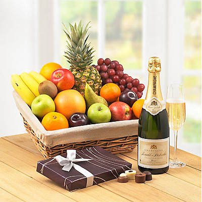 A classic gift for any food lover; this generous selection of delicious fruits is superbly presented